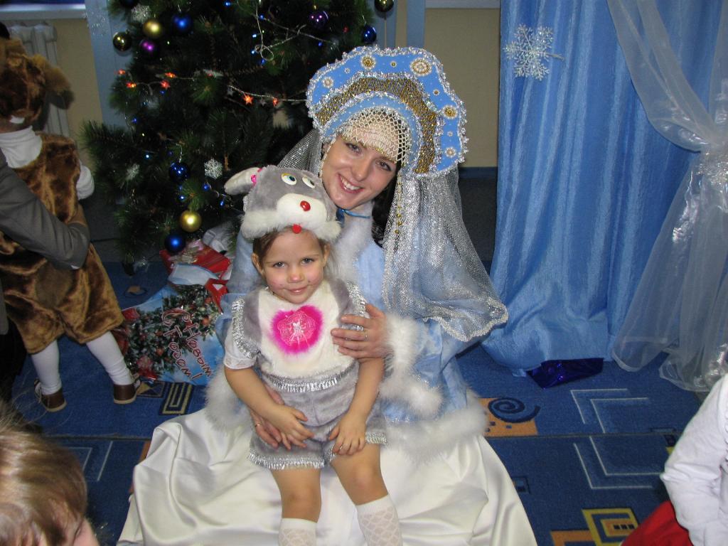 Наш кролик 'Лизонька' в гостях у снегурочки.. Новогодний карнавал