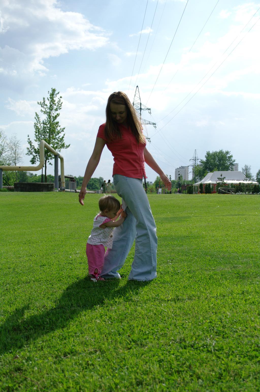 С мамой весело гулять, маму надо подгонять. С мамой на прогулке