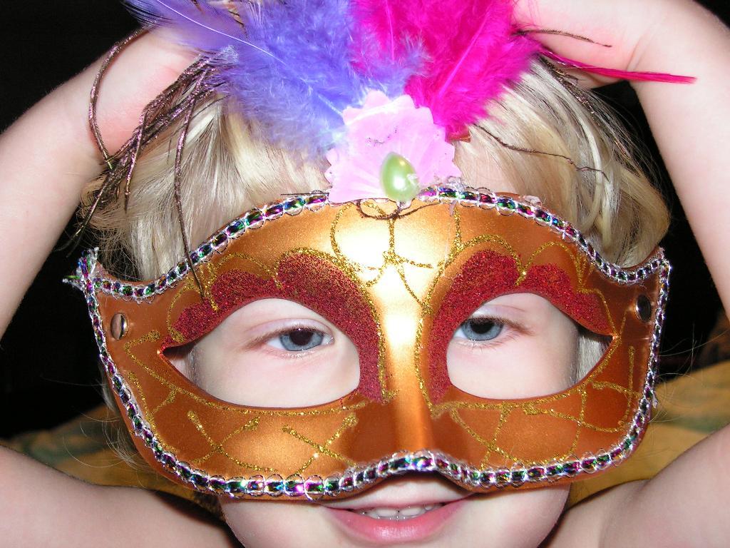 В маске я такой загадочный, просто мистер Икс!. Новогодний карнавал