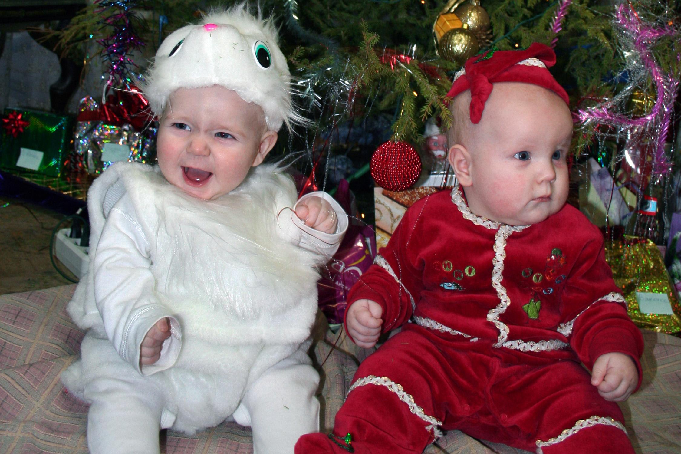 Олежка (зайчик) и Вадик (дед мороз). Новогодний карнавал