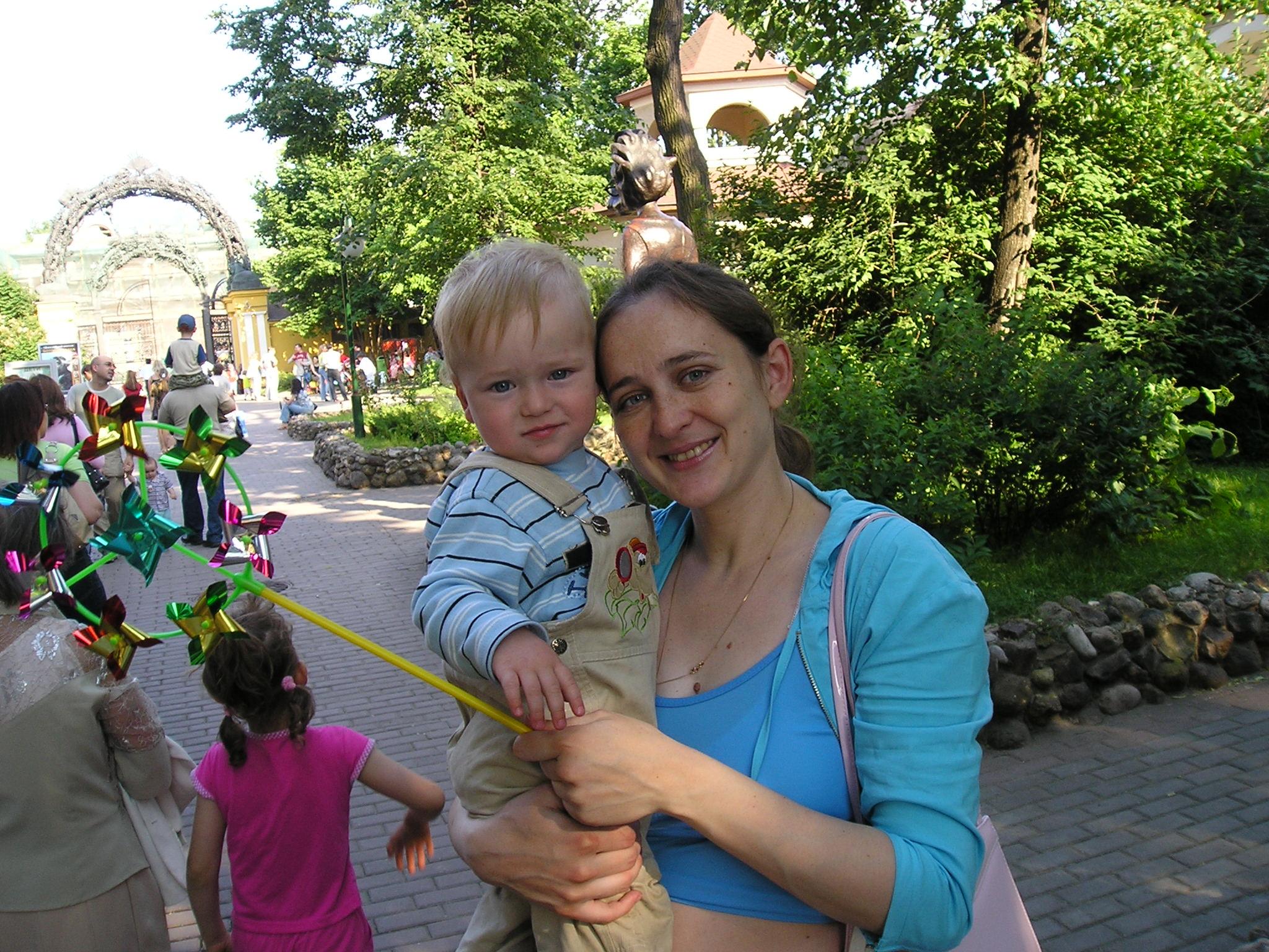 Первая прогулка в зоопарке! . С мамой на прогулке