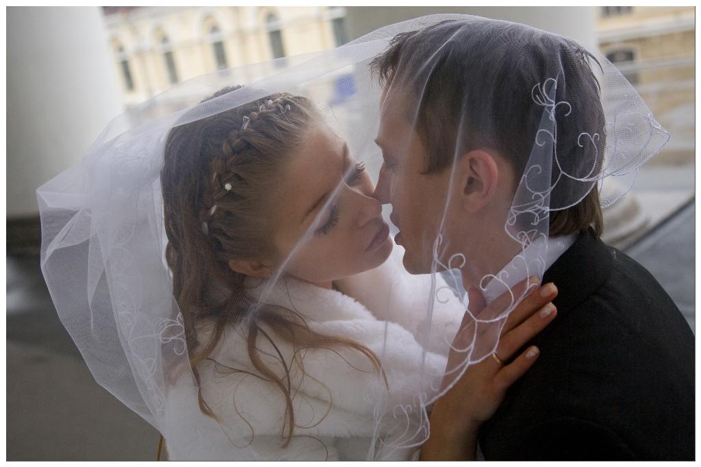 нежный поцелуй. Лучшее свадебное фото