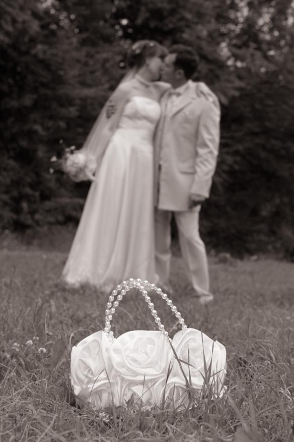 Забытая в траве... Лучшее свадебное фото