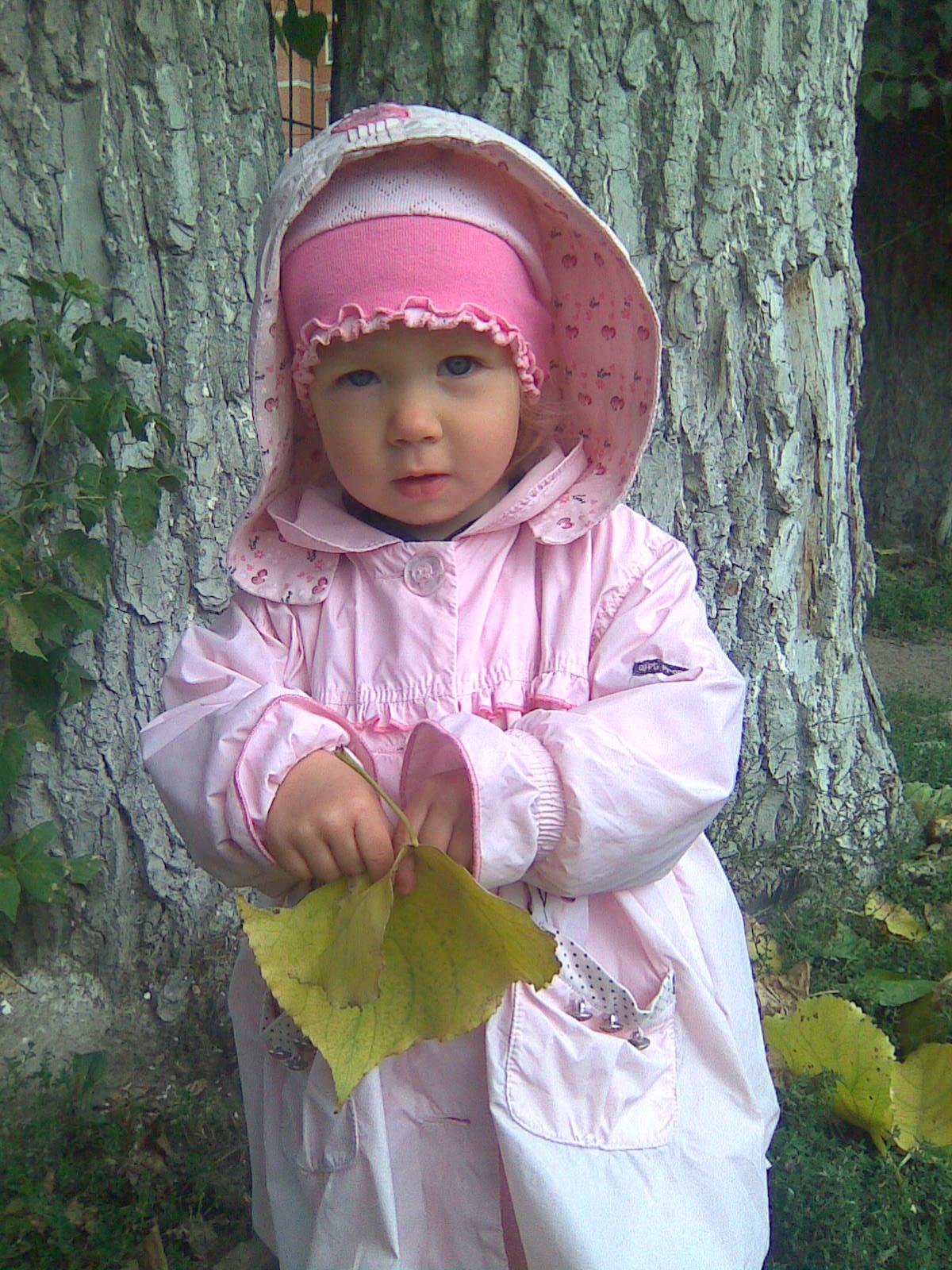 маленькая принцесса на прогулке.