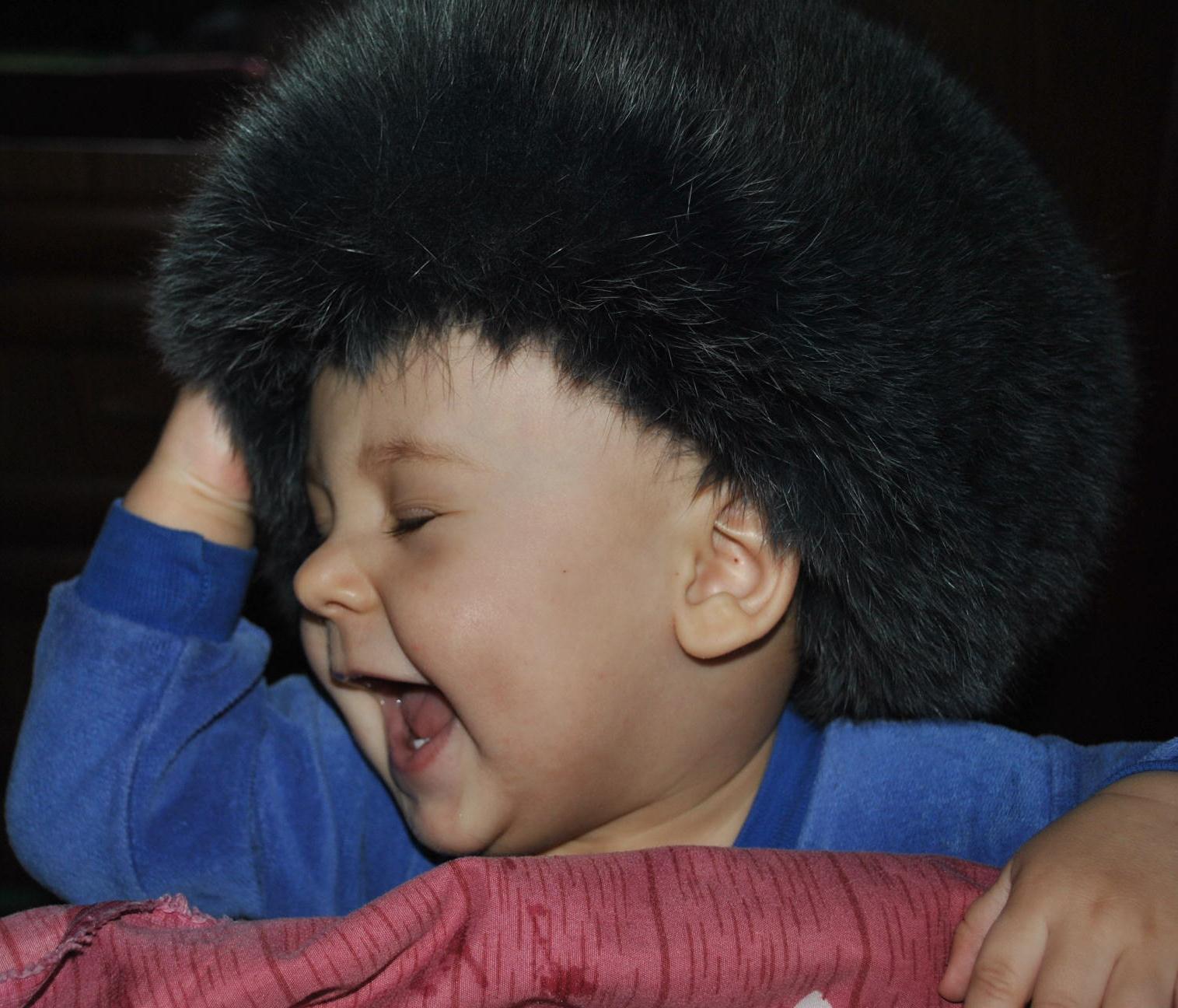 Все-таки примеряю бабушкину шапку :). Наш любимый озорник