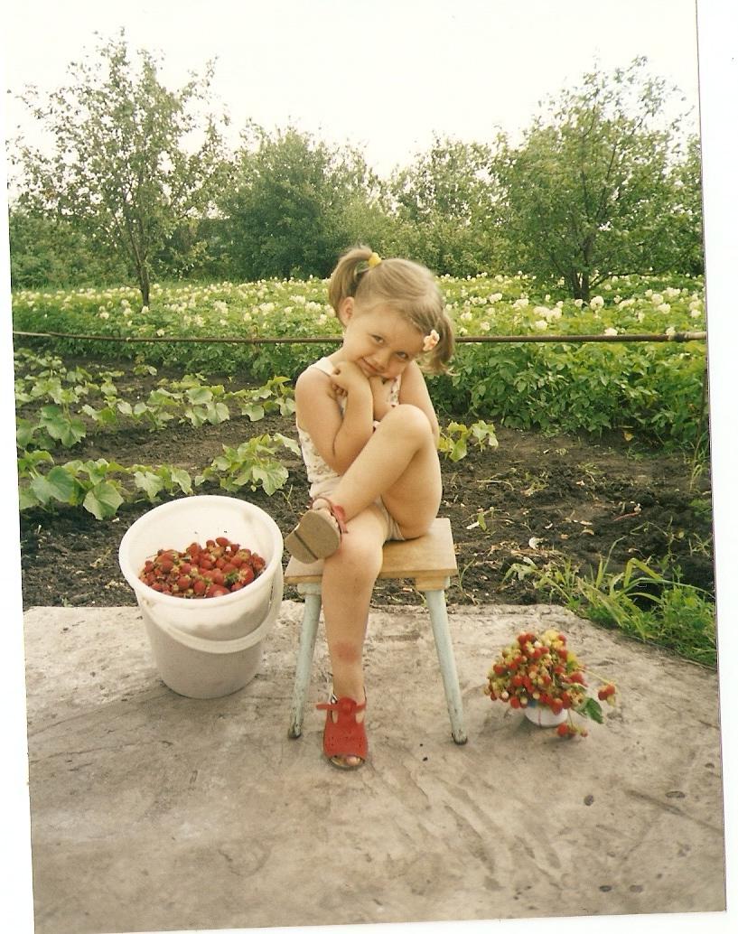 Наша помощница-Иришка'клубничка'на даче.. уДачное детство