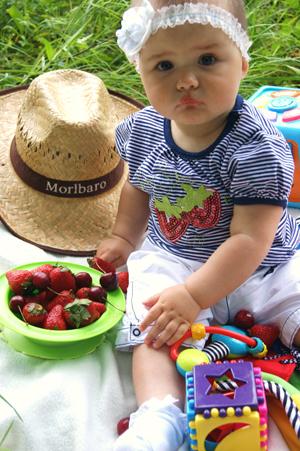 Завтрак с любимыми ягодами. Завтрак на траве