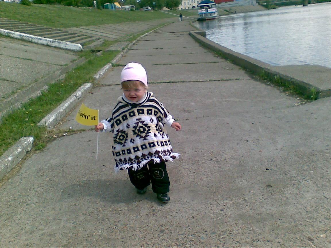Первые шажки Ульяшки.