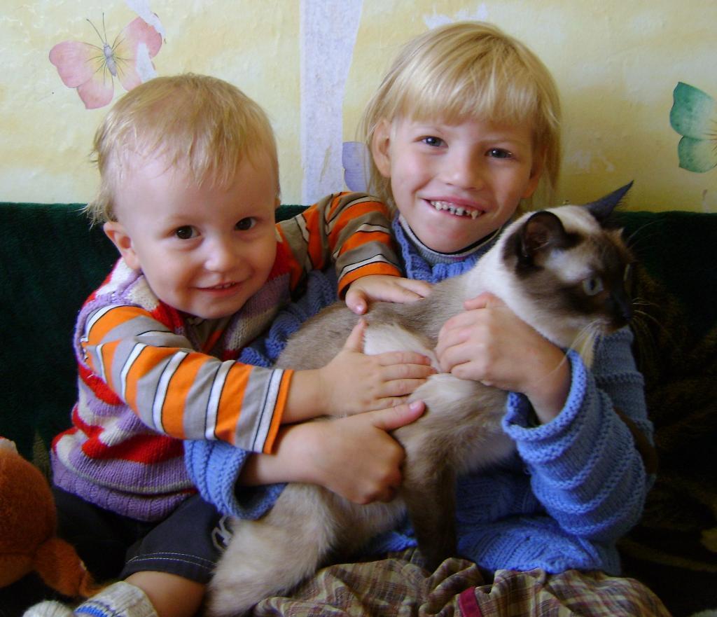 Мои детки с любимой кошкой. Кошки и дети