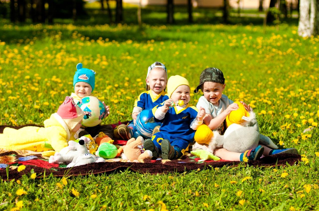 Первый день рождения. Малыши в ожидании тортика. Завтрак на траве