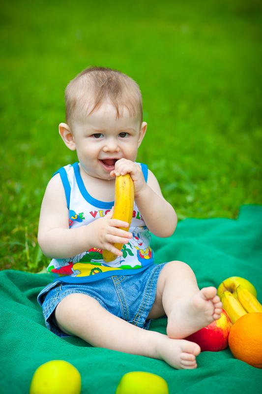Ники поглащает витамины. Завтрак на траве