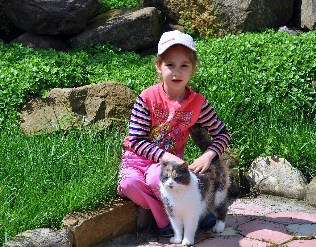 Полина и Мурыся. Кошки и дети