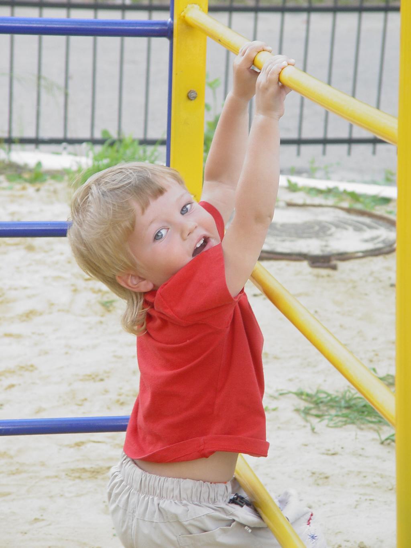 Юный гимнаст Илюша.