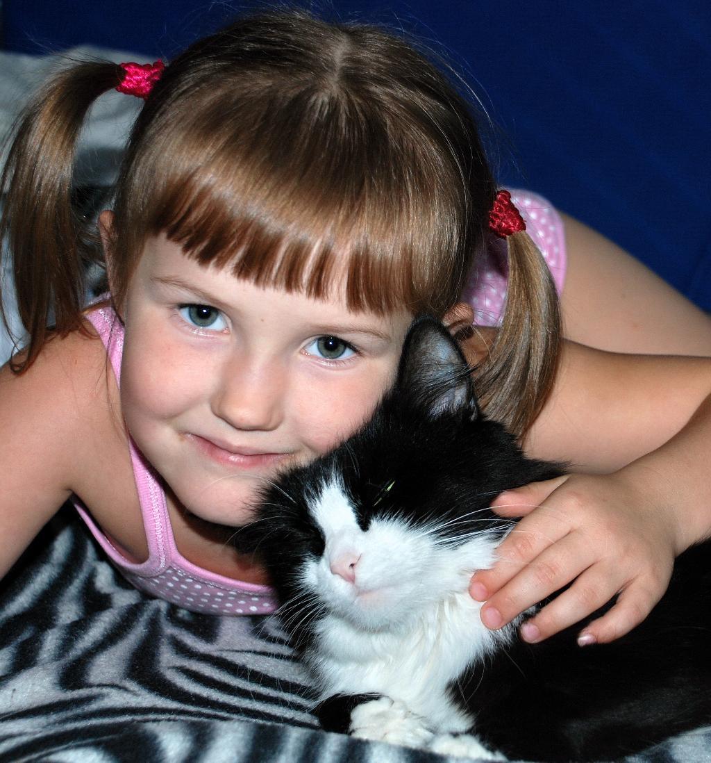 Подружки. Кошки и дети