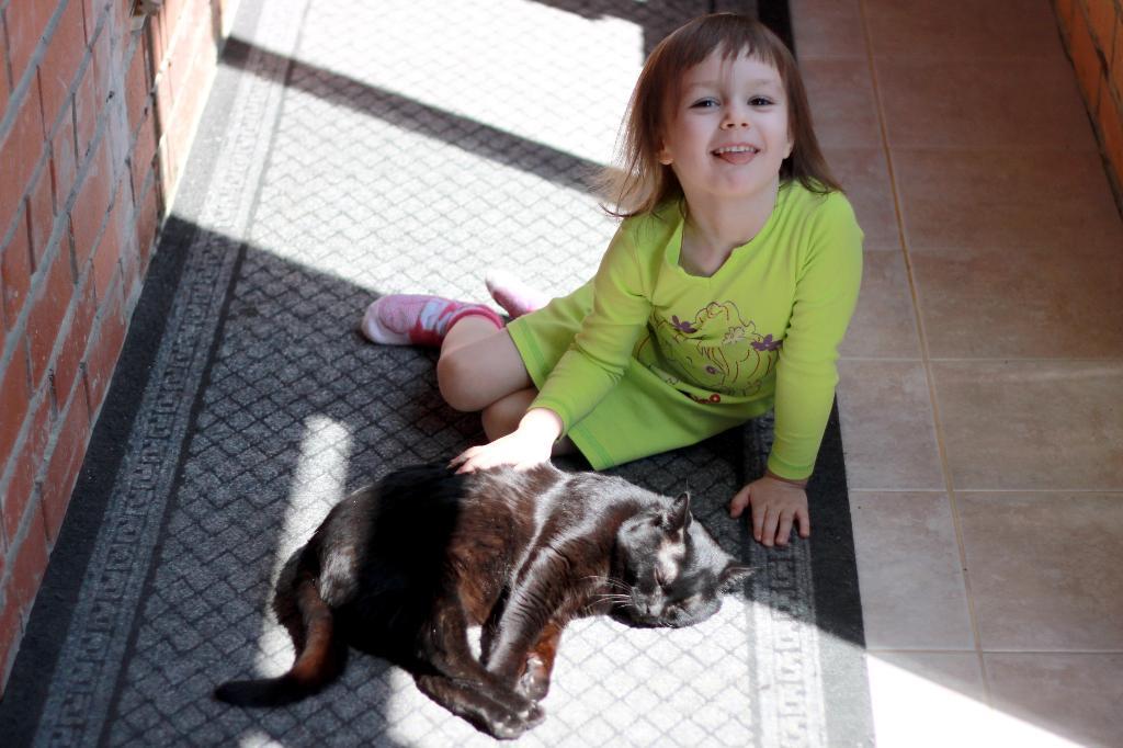 греется на солнышке наша детвора.... Кошки и дети