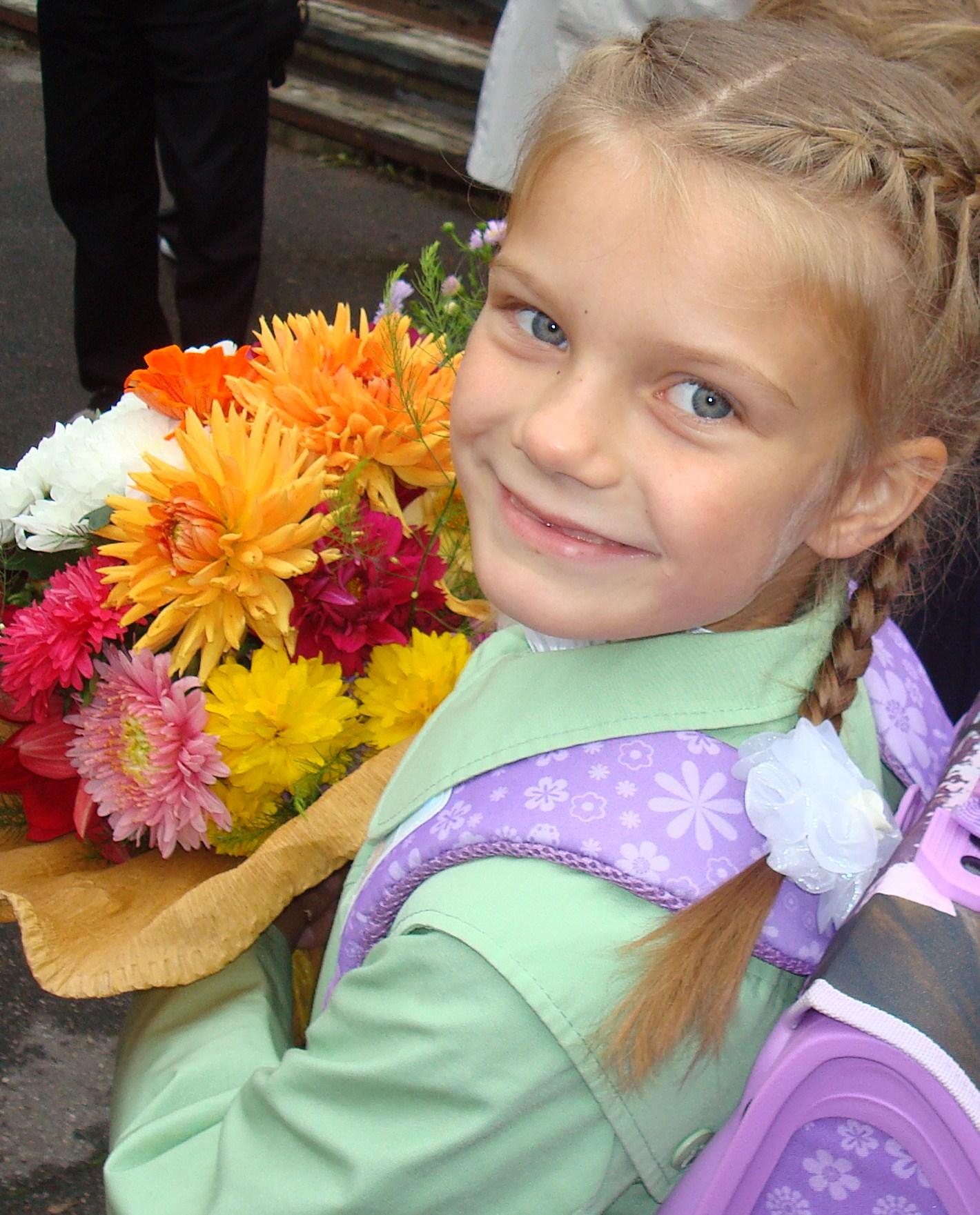Первый раз в первый класс с цветами!.