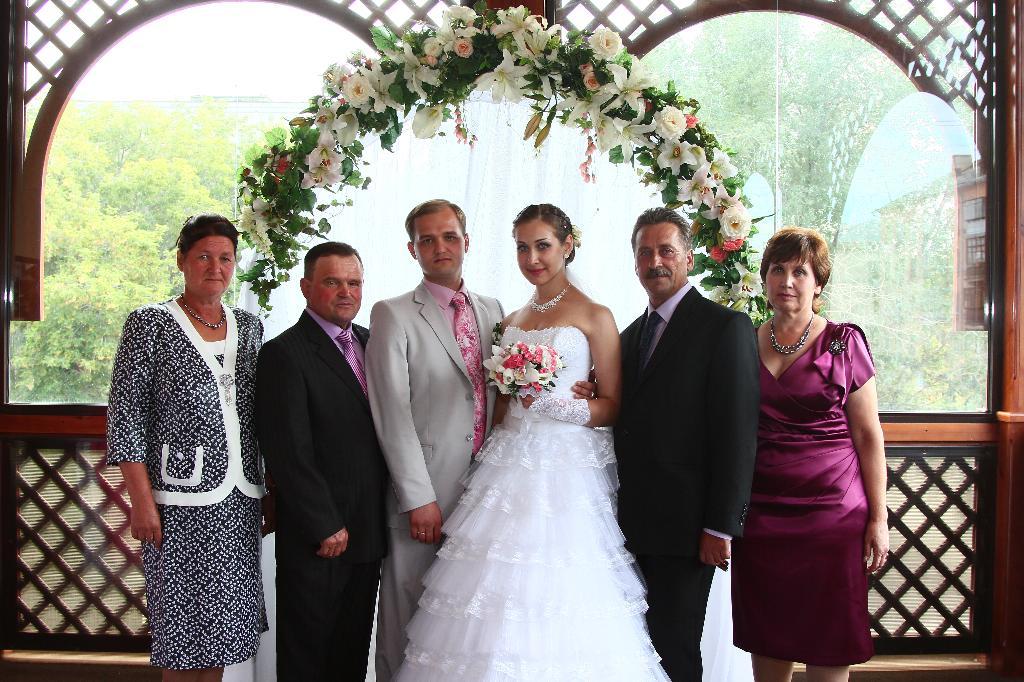 на свадьбе родного младшего братишки. Родственники