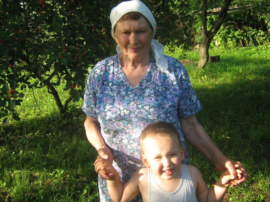 Прабабушка и правнук. Внучата
