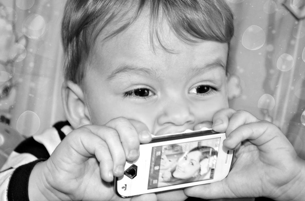 вот как я люблю мамин телефон :). Любимый гаджет