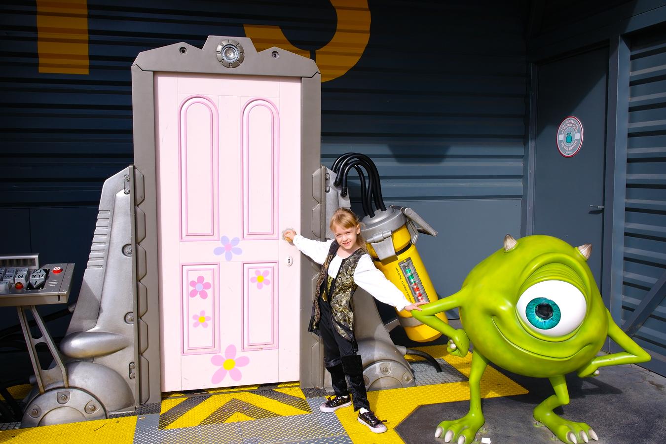 Дверь в мир 'Корпорации монстров'. Я люблю мультфильмы!