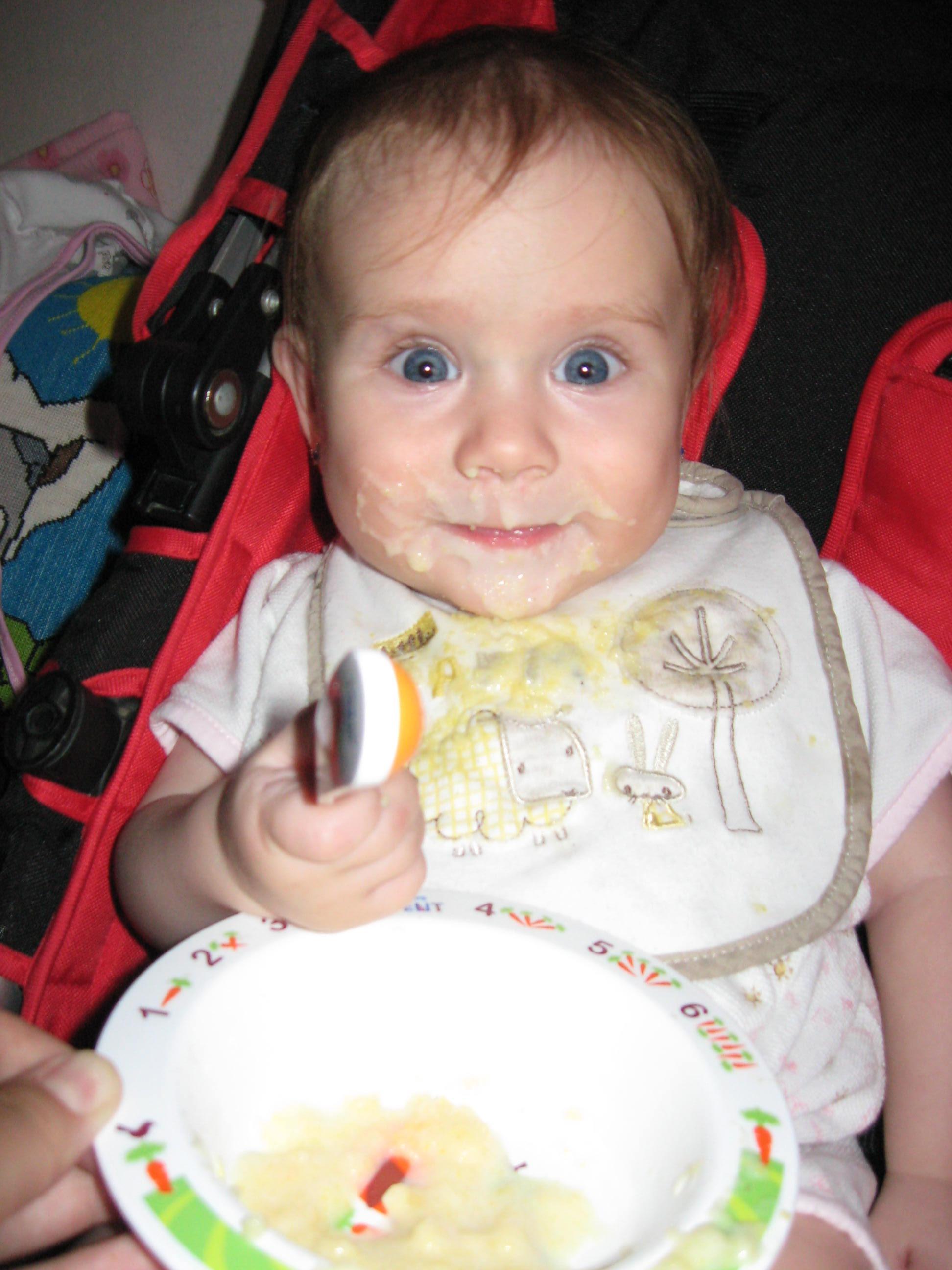 Наша любимая первая кукурузная каша!. Ложечку за маму, ложечку за папу...