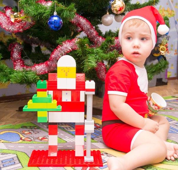 Я построил ДЕДА САМ! Я ведь крут не по годам! -))). Наряди елку с LEGO