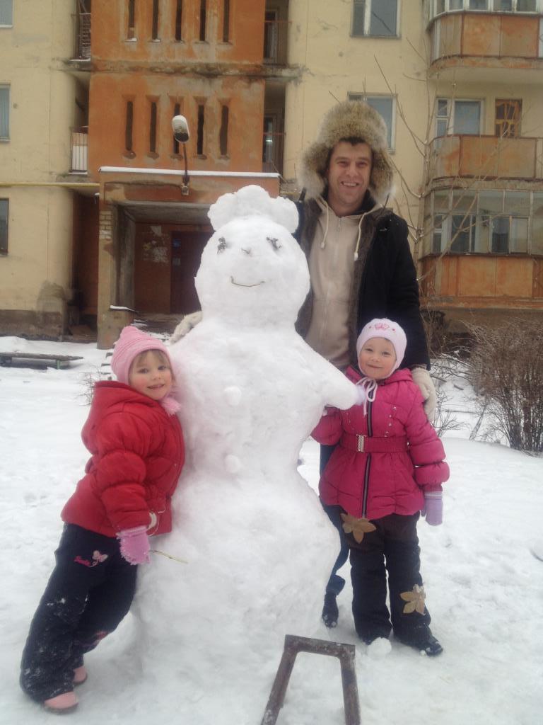 лепим с папой снеговика. В гостях у снеговиков