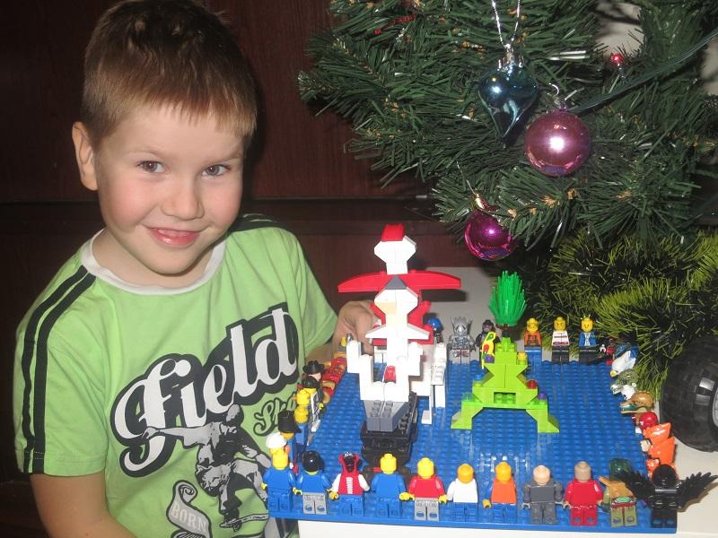 Новогодний лего-хоровод. Наряди елку с LEGO