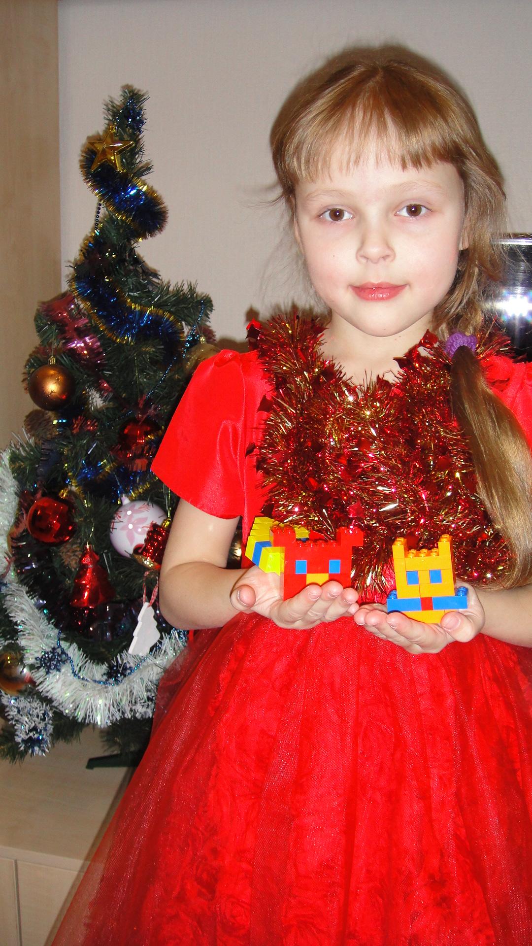 Кошечка, щенок и новогодний шарик из Лего. Наряди елку с LEGO