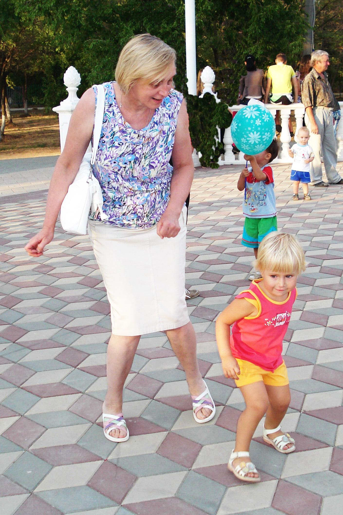 Зажигаем с внучкой)). Танцуй, пока молодой!