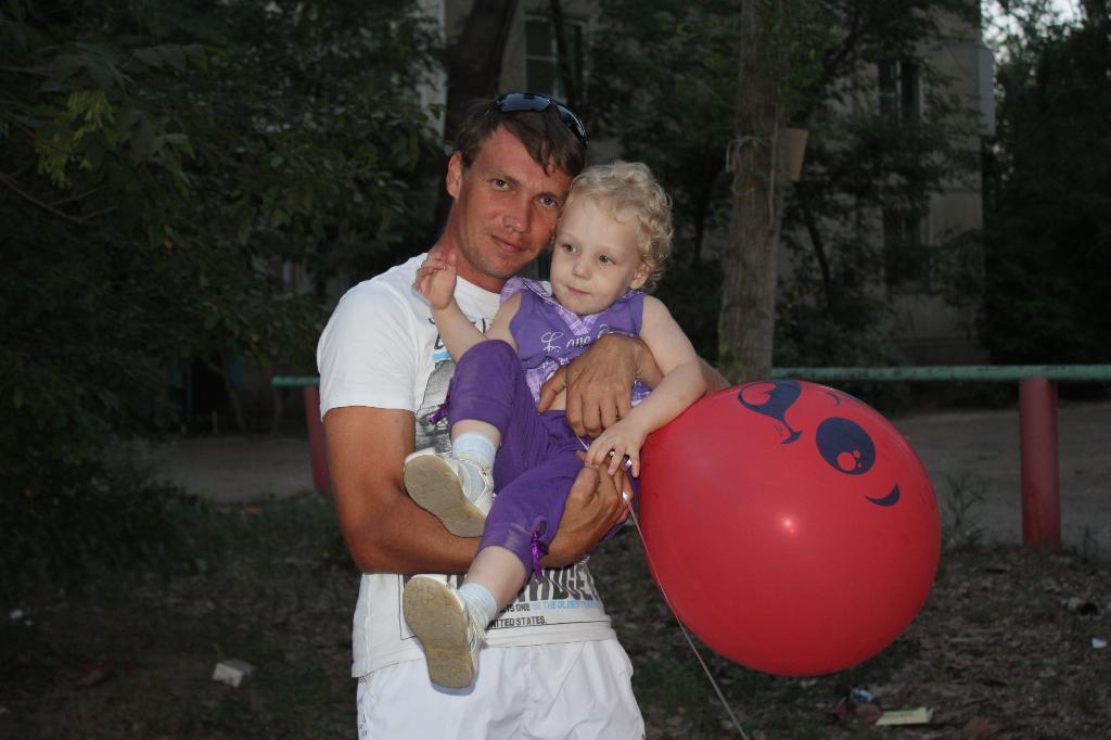 Папа, подержи меня и мой шарик. Хочу на ручки!