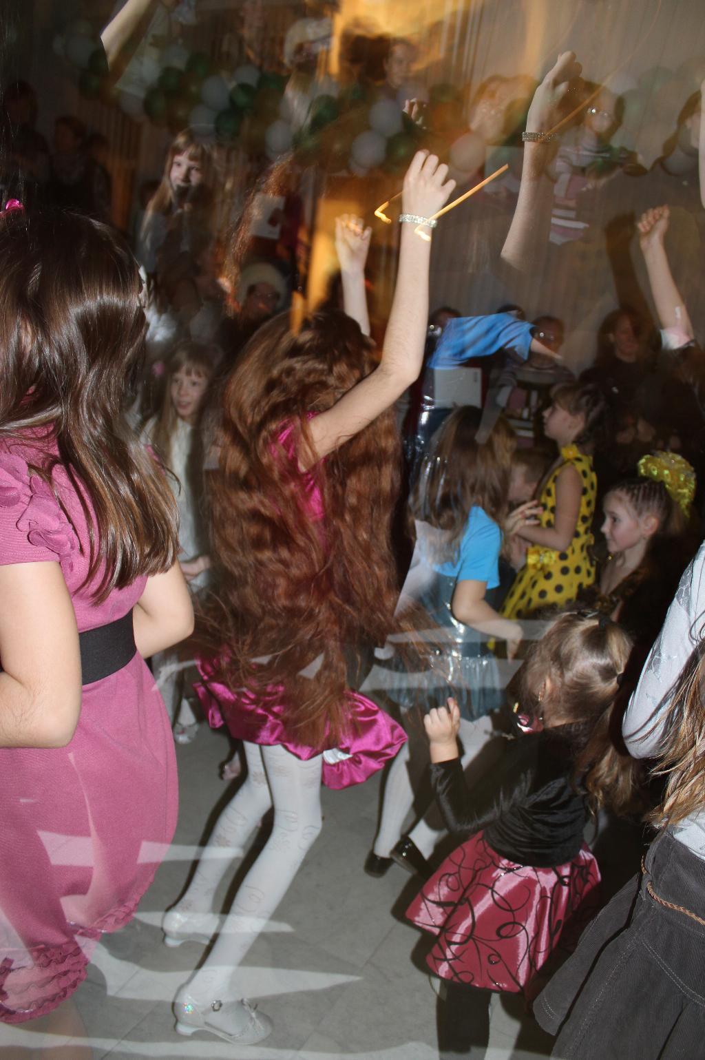 танцы до упада после своих выступлений. Танцуй, пока молодой!