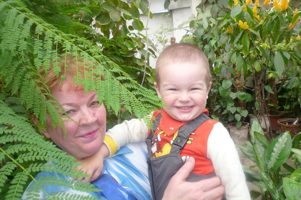 Кирилл Викторович и бабушка. Хочу на ручки!