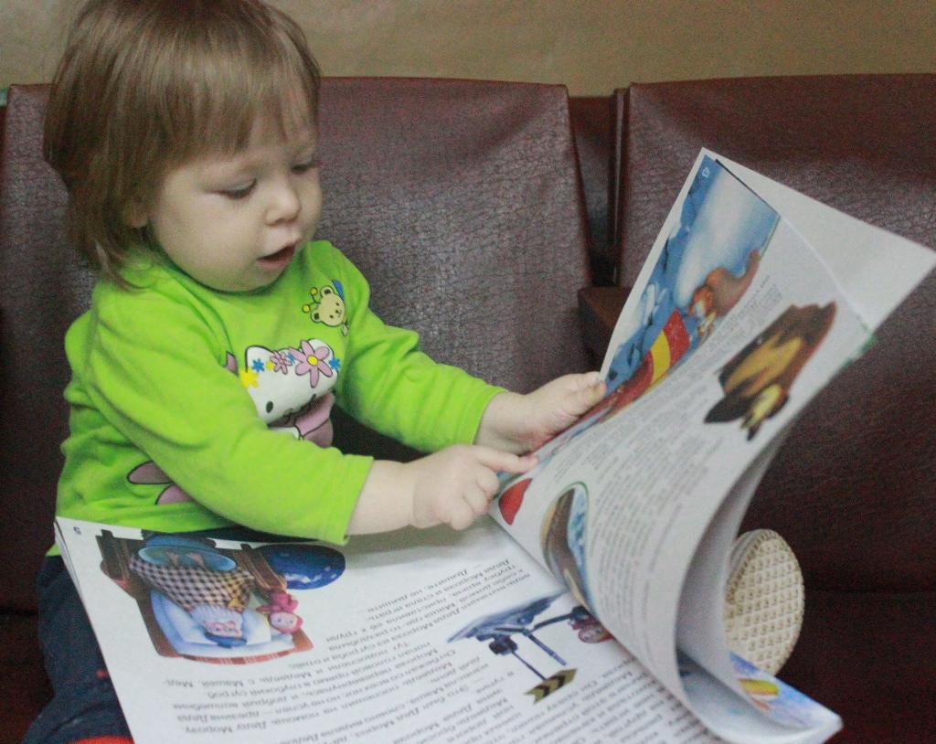 Читаем книжку про Машу и медведя. Я учусь читать