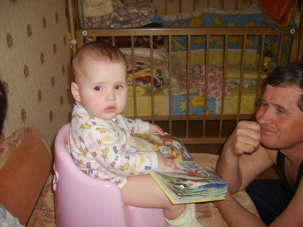 Аделинка читает на досуге!. Я учусь читать