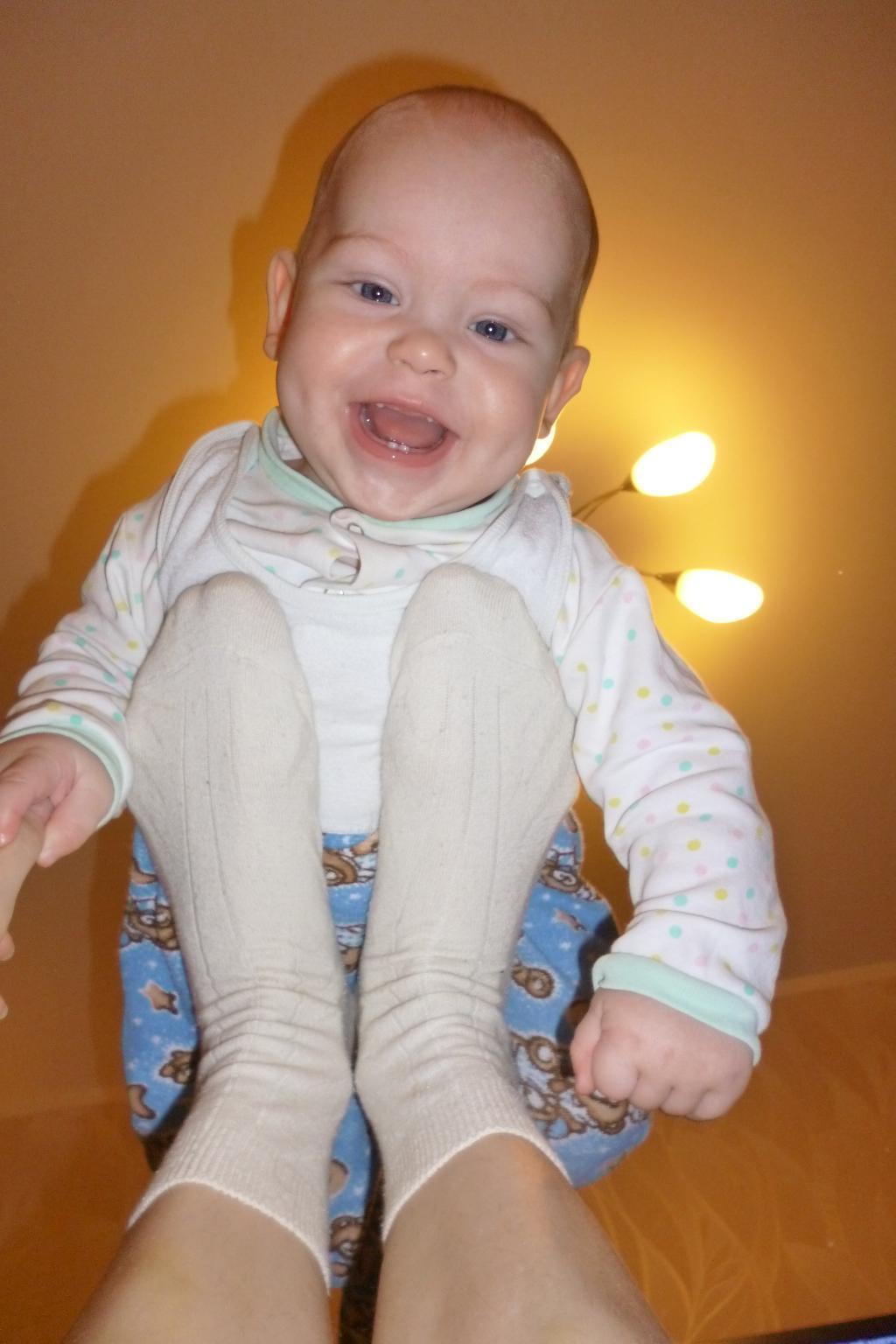 А я вот люблю качаться у мамы на ножках! Вот так!).