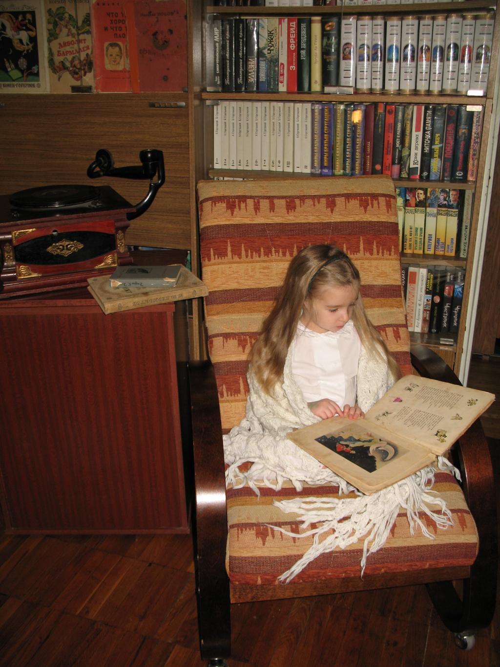Идиллия: в старинном кресле книжку читает Эмилия! . Я учусь читать