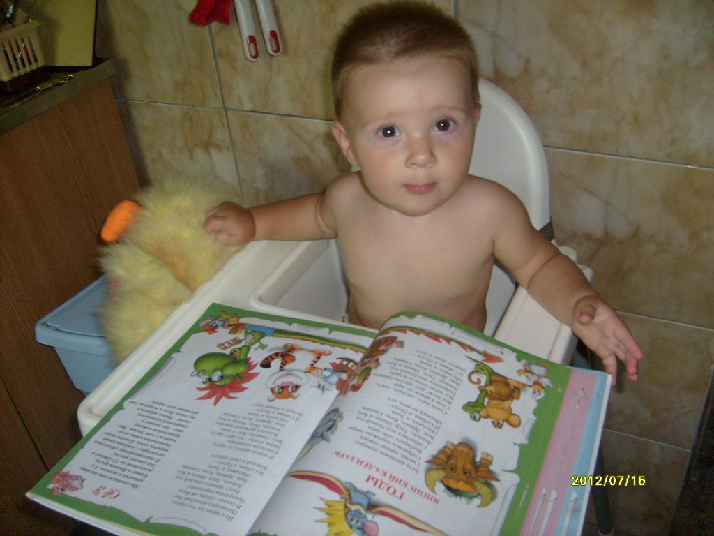 Оленька читает)). Я учусь читать