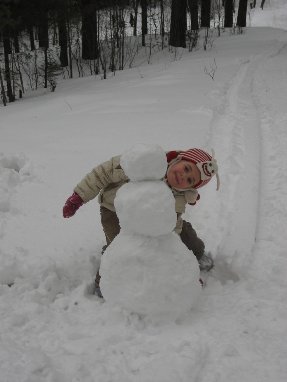 Я сильная, умелая снеговика слепила белого))). Самый сильный и здоровый!