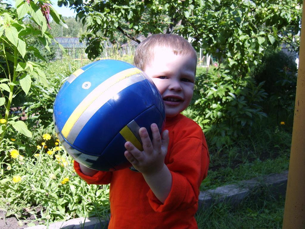 Вместе весело играть с мячиком моим! . Мой спортивный уголок