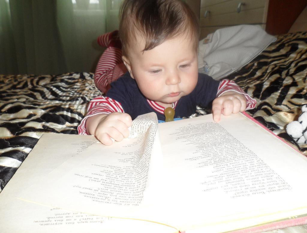 Дема читает!. Я учусь читать