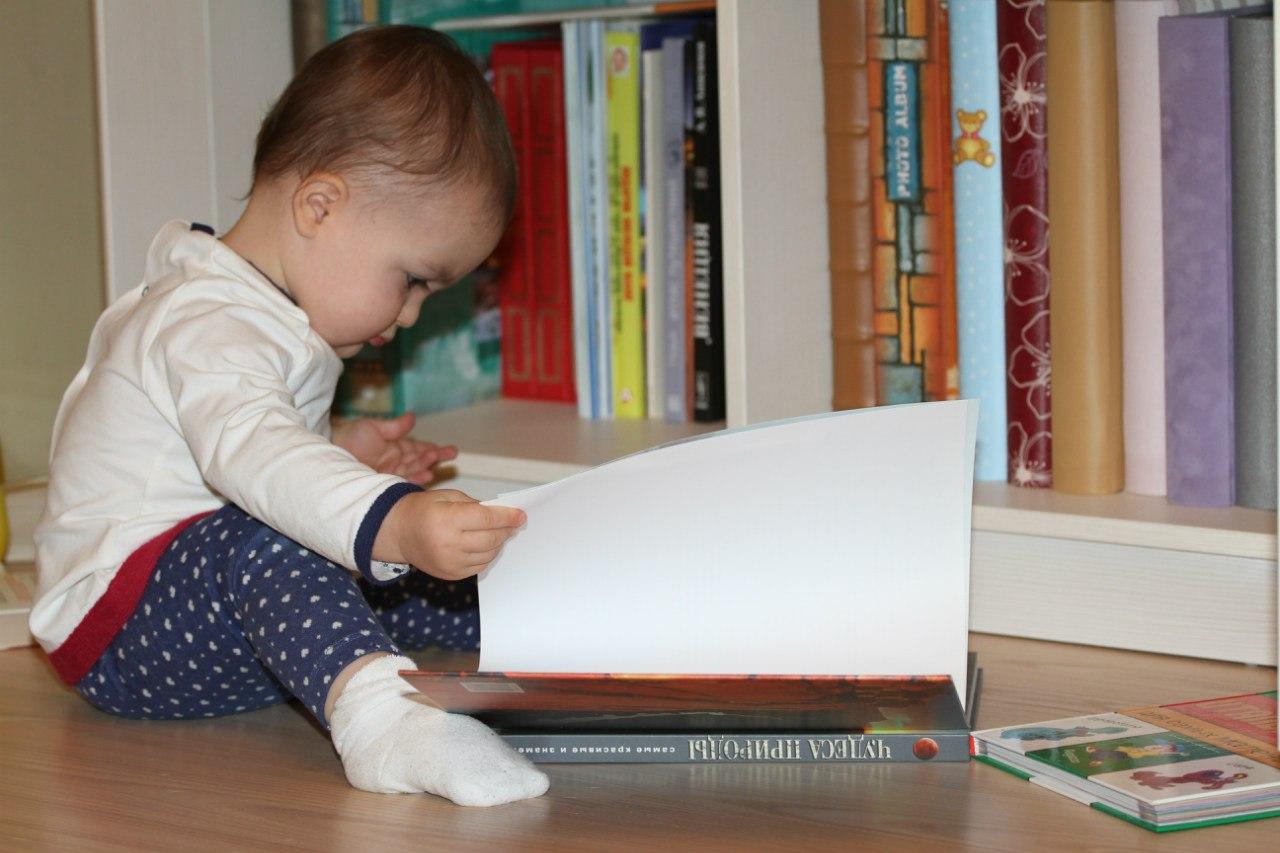 Моя любимая внучка. Я учусь читать