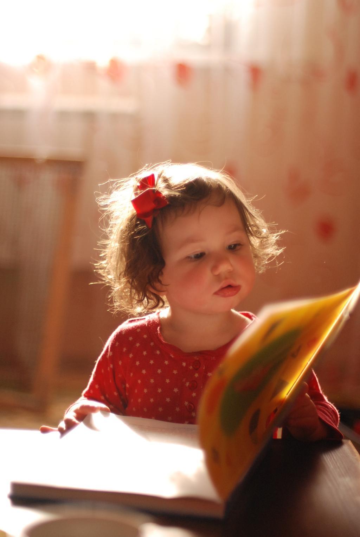 внучка учится читать. Я учусь читать