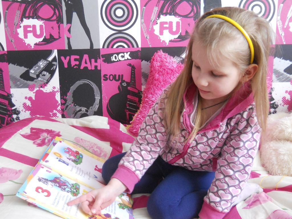 Ева-Мария учится читать. Я учусь читать