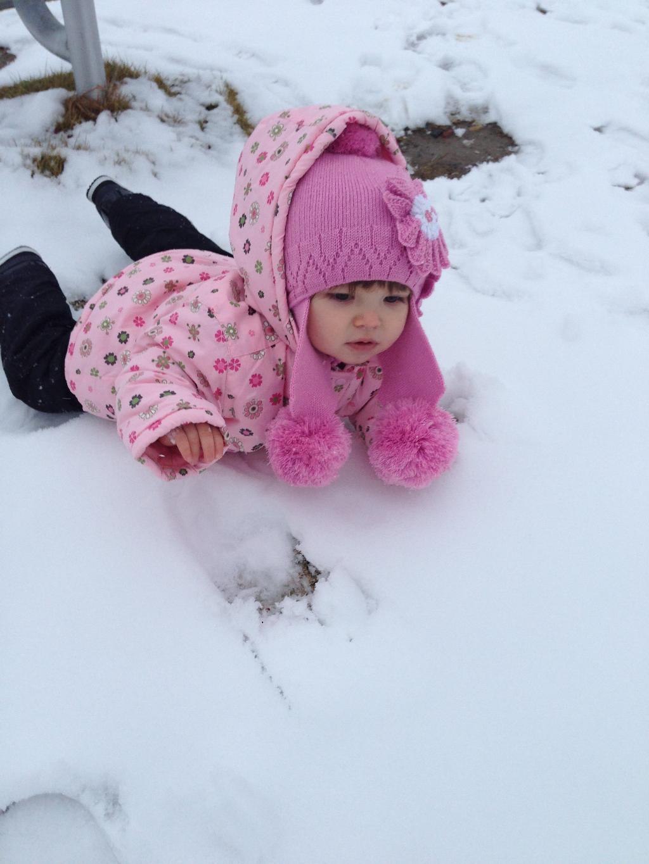 Сонечка первый в жизни снег. Самый сильный и здоровый!