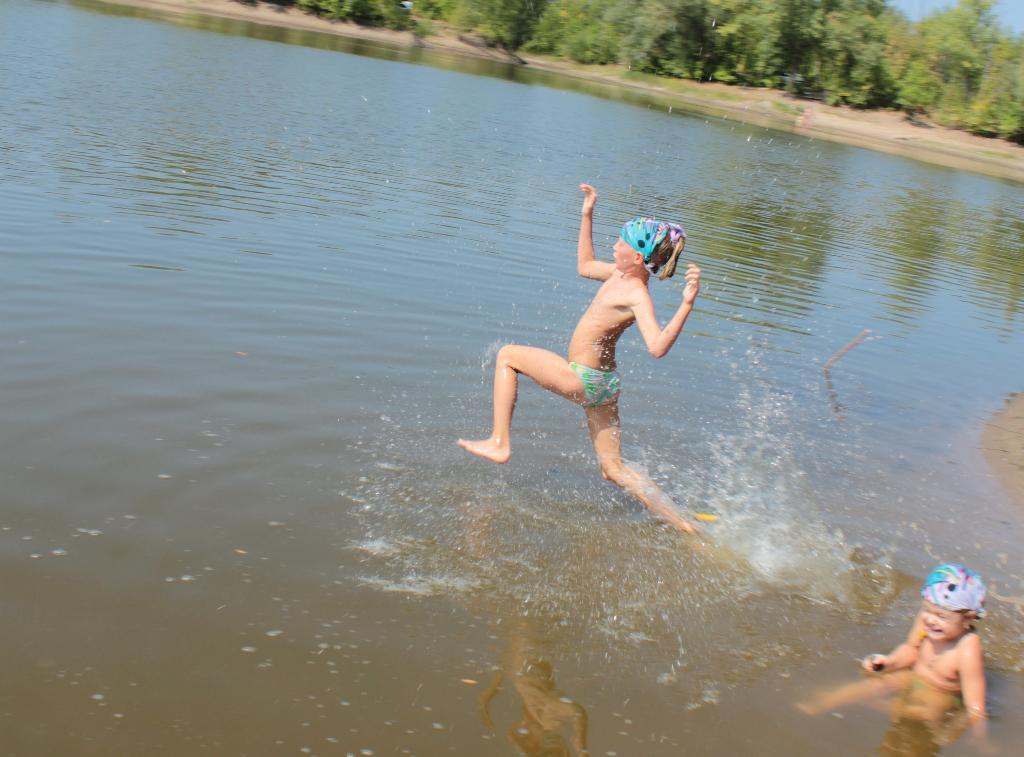 'бегать' по водеее-е-е-е.... Самый сильный и здоровый!