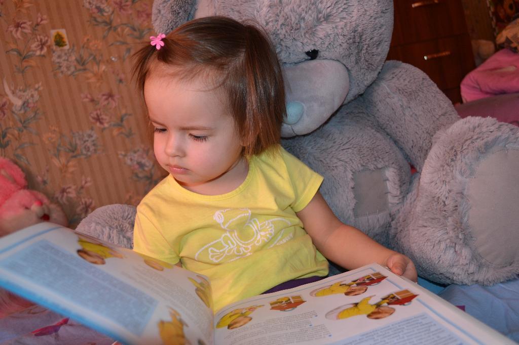 Сонечка читает про малышей!. Я учусь читать