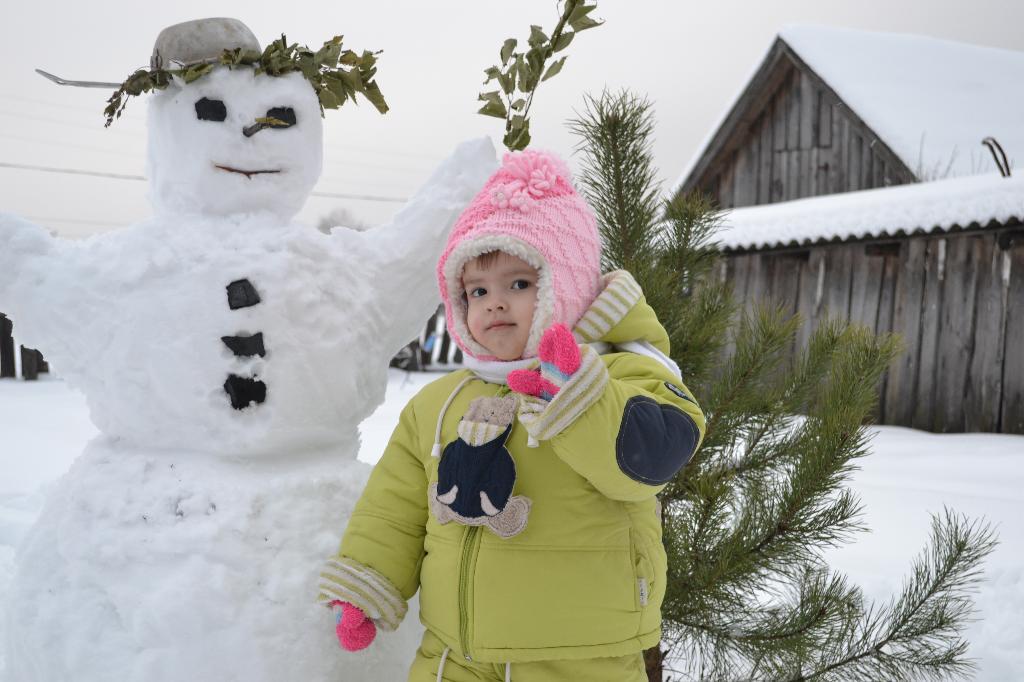 Софья и ее друг снеговик.. Самый сильный и здоровый!