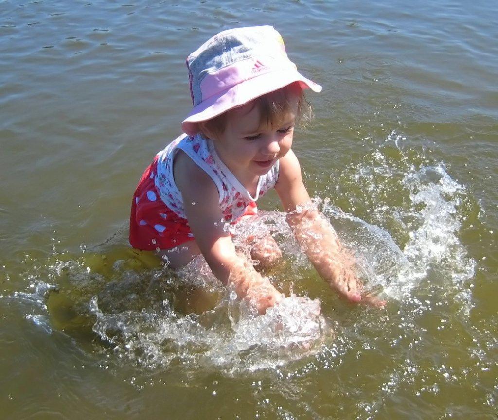 Первое купание в речке))). Самый сильный и здоровый!
