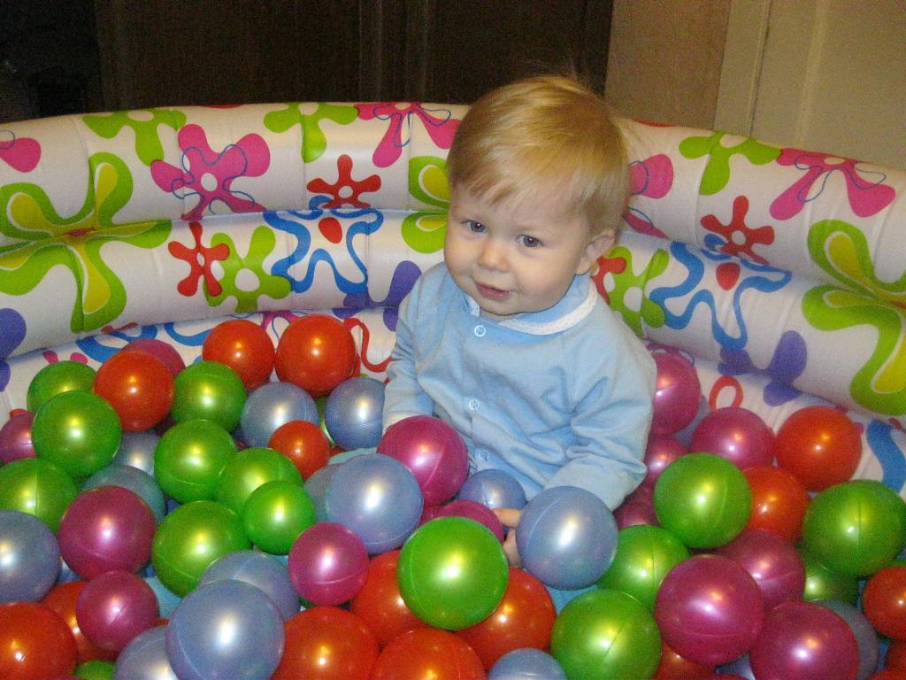 Сколько шариков!. Мой спортивный уголок